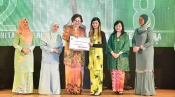 CHRISTINA (tiga kiri) menyampaikan anugerah wanita kepada salah seorang penerima, turut kelihatan Pembantu Menteri Kesihatan dan Kesejahteraan Rakyat Norazlinah Arif (dua kiri).