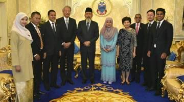 SEBAHAGIAN 20 ahli delegasi Singapura yang hadir bergambar kenangan bersama Juhar (lima dari kiri) dan Norlidah (lima dari kanan).