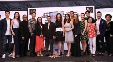 BARISAN PELAKON: Gambar fail yang bertarikh 31 Julai 2018 menunjukkan para pelakon siri televisyen 'Moonlight Saigon' bersama Ketua Pengarah Perbadanan Kemajuan Filem Nasional (FINAS), Datuk Fauzi Ayob (enam, kiri) pada majlis menandatangani perjanjian SRAM & MRAM technologies and Resources Ltd dan Produksi Seni 2020 Sdn Bhd dan Pelancaran siri televisyen tersebut di Jalan Conlay, Kuala Lumpur. Turut hadir, Pengarah Eksekutif Produksi Seni 2020 Sdn Bhd, Datin Wendy Wong (lima, kiri) dan Datuk Nancie Foo (tu