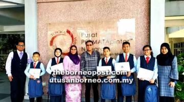 TURUN PADANG: Azmi dan tetamu lain merakamkan gambar kenangan bersama lima pelajar yang menerima sumbangan di Kuala Lumpur.