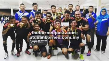 RAI KEMENANGAN: Aji Kadir (belakang, empat kanan) dan jawatankuasa penganjur meraikan kemenangan Pasukan Awat Awat FC sebagai juara.
