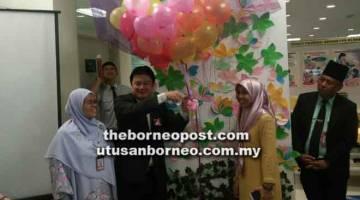 GALAKAN: Dr Teh (dua kiri) merasmikan Minggu Penyusuan Susu Ibu di bahagian Sibu di Klinik Kesihatan Sibu Jaya, baru-baru ini.