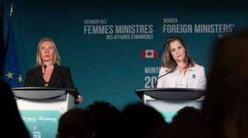 PERJUANGKAN HAK WANITA: Freeland (kanan) dan Mogherini bercakap kepada media semasa Mesyuarat Menteri Luar Wanita di Montreal, Kanada kelmarin. Mesyuarat selama dua hari yang bermula pada Jumaat lepas telah melibatkan lebih separuh daripada diplomat kanan wanita di dunia, memberikan tumpuan terhadap topik seperti pencegahan konflik, pembangunan demokratik dan penghapusan keganasan yang berdasarkan jantina. — Gambar AFP