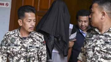 RASUAH: Dzul Azam Nani (dua, kiri) dipenjara dua tahun di Mahkamah Sesyen semalam,  atas tuduhan menerima rasuah berjumlah RM3,000 daripada tahanan di Penjara Pengkalan Chepa pada Disember 2016. — Gambar Bernama