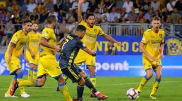 GEGAR JARING: Ronaldo (tengah) melepaskan rembatan sebelum menjaringkan gol pertama Juve pada aksi liga menentang Frosinone di Stadio Benito Stirpe, Frosinone kelmarin. — Gambar Reuters