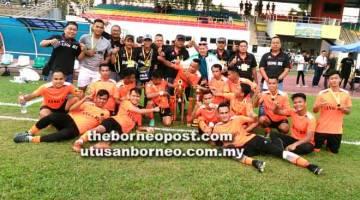 KAMI JUARA: Jang BS meraikan kemenangan mereka setelah merangkul juara Piala Liga Betong kelmarin.