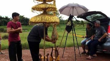 DI LOKASI: Sekitar penggambaran filem pendek Barong, filem berdurasi tujuh minit  yang turut berjaya ditayangkan di Festival Filem Johor Bahru pada penghujung tahun lepas.  — Gambar Bernama