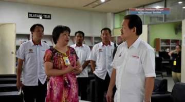 LAWAT:  Stephen Wong Tien Fatt (kanan) diberikan penerangan oleh Ketua Perpustakaan Wilayah Sandakan Cecilia Chai Yee Jet (dua kiri) ketika meninjau kerja pembaikan pendingin hawa Perpustakaan Sandakan, semalam. — Gambar Bernama