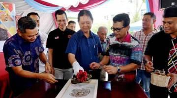 SIMBOLIK: Mohamaddin (tengah) merasmikan program Pemerkasaan Komuniti Kraf Malaysia peringkat kebangsaan semalam. Turut hadir Ibrahim (kiri) dan Rashidi. — Gambar Bernama