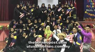 TULANG BELAKANG: Jawatankuasa penganjur Perhimpunan Khas Sambutan Hari Malaysia dan Maal Hijrah IPGKTAR Kota Samarahan merakamkan kenangan.