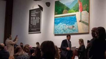 PECAH REKOD: Lukisan Hockney 'Portrait of an Artist (Pool with Two Figures)' dipamerkan di Jualan Petang Kesenian Pasca Perang dan Kontemporari di Christie's di New York kelmarin. — Gambar AFP