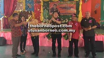 TANDA BEJADI: Dr Rayong (tiga kanan) begulai enggau (ari dua kanan) Vivien, Munie, Ajan sereta pengajar Tubau melah kek tanda bejadi pengawa Merarau SK Engkilili No 2 ba Engkilili ditu kemari.