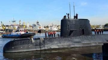 DALAM KENANGAN: Kapal selam tentera Argentina ARA San Juan bersama kru meninggalkan pelabuhan Buenos Aires, Argentina pada 2 Jun 2014. — Gambar Reuters