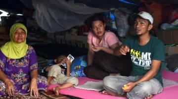 Mangsa kejadian gempa dan tsunami Abdul Darwis, 34, dan isteri Rizki Nur Hadrianti, 26, hidup serba ringkas di khemah sementara. - Gambar Bernama