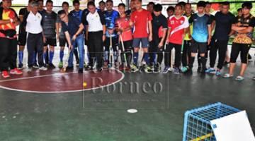 Dr Annuar memukul bola ke gawang gol sebagai simbolik perasmian Pertandingan Hoki Lima Sebelah Tertutup Sibu 2018 Piala DUN Nangka di Padang Futsal Kampung Dato Baru yang bermula pagi tadi.