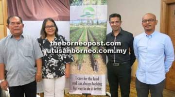 SEMINAR LADA: (Dari kiri) John, Flora, Vijay dan Zainorman pada seminar M&J Agriculture di Sibu semalam.