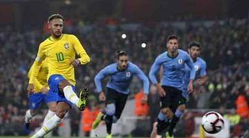 MUDAH: Neymar menjaringkan gol melalui tendangan penalti pada aksi perlawanan persahabatan antarabangsa di antara Brazil dan Uruguay di Stadium Emirates di London. — Gambar AFP