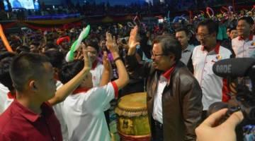 Abang Johari (tiga kanan) sempat bergurau senda dengan golongan belia semasa menghadiri Sambutan Hari Belia Peringkat Negeri Sarawak di Sibu, hari ini.