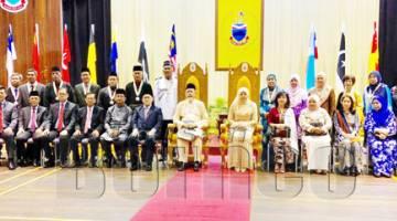 KENANGAN: TYT Tun Datuk Seri Panglima (Dr.) Haji Juhar Bin Datuk Haji Mahiruddin dan isteri Toh Puan Datuk Seri Panglima (DR.) Hajah Norlidah binti Tan Sri Datuk R.M.Jasni bergambar bersama penerima anugerah di Dewan Masyarakat Sandakan. Turut sama Speaker Undangan Datuk Seri Panglima Syed Abas Syed Ali (lapan kiri), Timbalan Ketua Menteri merangkap Menteri Kerajaan Tempatan dan Perumahan Datuk Jaujan Sambakong (tujuh kiri) serta Menteri Kabinet dan Pembantu Menteri. Seramai 96 penerima pada Majlis Istiada