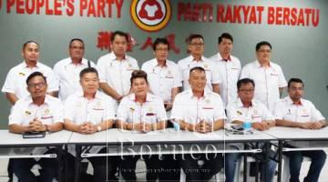 Rayong (duduk tiga kiri) merakamkan gambar bersama jawatankuasa pemuda pusat UPP di Ibu Pejabat UPP di sini hari ini.