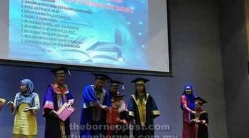 SIJIL: Penyampaian sijil dan hadiah kepada salah seorang kanak-kanak Tabika KEMAS oleh Mohd Zamri.
