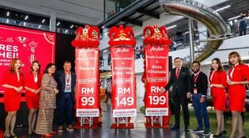 PENUHI PERMINTAAN: Pengerusi AirAsia X Tan Sri Rafidah Aziz (tiga kiri), Tony, Anthony Loke  (empat kanan) dan Ketua Pegawai Eksekutif AirAsia Malaysia Riad Asmat menghadiri majlis pelancaran tambahan penerbangan lewat malam AirAsia untuk Tahun Baharu Cina 2019 di Kuala Lumpur, semalam.
