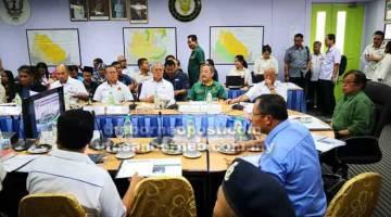 TAKLIMAT: Abang Johari ketika menghadiri taklimat mengenai pembangunan Serian di Pejabat Residen Serian, semalam.