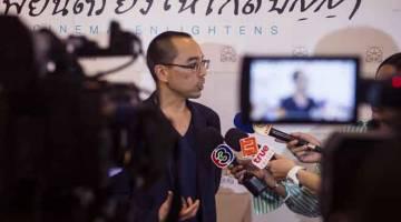 DIIKTIRAF: Gambar fail bertarikh 19 November 2018 ini menunjukkan  Apichatpong bercakap kepada para jurnalis selepas menerima anugerah di Thai Film Archive. — Gambar AFP