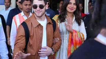 HARI BAHAGIA: Priyanka Chopra dan Nick Jonas semasa tiba di Jodhpur kelmarin. Pasangan itu akan berkahwin dalam satu siri upacara di Jodhpur pada hari ini. — Gambar AFP