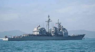 MARAH: Gambar fail yang diambil pada 21 November 2018 kelihatan USS Chancellorsville milik Tentera Laut AS merupakan kapal pemusnah peluru berpandu. Kelmarin China telah memarahi AS kerana menghantar kapal-kapal tentera laut berhampiran dengan pulau-pulau yang direbutkan di Laut China Selatan di mana Beijing telah membina kemudahan ketenteraan. — Gambar AFP