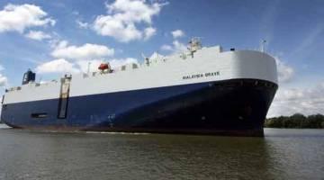 PELAYARAN SULUNG: Kapal MV Malaysia Brave yang tiba di pelabuhan Bintulu kelmarin.