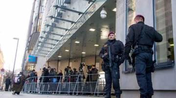 KAWAL: Polis Austria berkawal di pintu masuk ke Ibu Pejabat OPEC di Vienna, kelmarin. — Gambar AFP