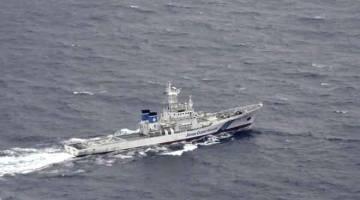 LOKASI NAHAS: Gambar dari udara diambil oleh agensi berita Kyodo semalam menunjukkan                 kapal Pengawal Pantai Jepun berlayar di kawasan di mana dua pesawat tentera AS dilaporkan terhempas dekat pantai wilayah Kochi, Jepun. — Gambar Reuters
