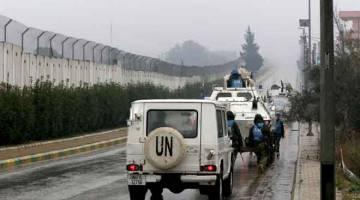 MERONDA: UNIFIL meronda di sepanjang sempadan dengan Israel berhampiran Kfar Kila, selatan Lubnan, kelmarin. — Gambar AFP