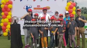 KLINIK: Syed Anuar (belakang tiga kiri) dan Engku Ili (belakang empat kiri) bersama para peserta.