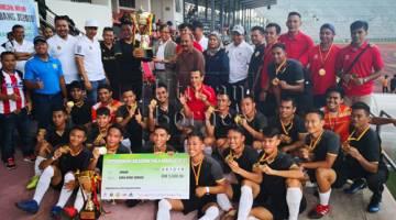 Abang Johari menyampaikan Piala Abang Jo 2018 kepada pasukan SSN Sarawak.