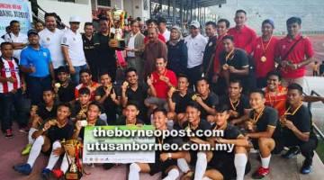 TAHNIAH: Abang Johari menyampaikan piala kejuaraan kepada pasukan SSN Sarawak pada final Piala Abang Johari di Stadium Negeri, Kuching semalam.