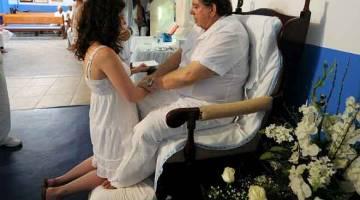 'PEMINDAHAN KUASA': Gambar fail 4 April, 2012 menunjukkan Faria bertemu pesakit di 'hospital kerohanian' Casa de Dom Inacio de Loyola miliknya di Abadiania, 120 kilometer barat daya Brasilia, ibu negeri Goias. — Gambar AFP