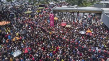 Ribuan para penyokong Pasukan Malaysia beratur untuk membeli tiket menjelang Perlawanan Akhir Piala AFF Suzuki 2018 di Stadium Bukit Jalil Hari ini hari ini.  - Gambar Bernama