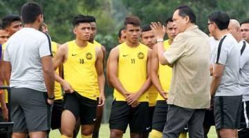 BERI SEMANGAT: Hamidin (dua kanan) memberi taklimat kepada pasukan Harimau Malaya sebelum menjalani sesi latihan di padang Universiti Sains Islam Malaysia (USIM), kelmarin. — Gambar Bernama