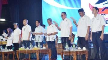 SHAFIE menyanyikan lagu Parti Warisan Sabah bersama para pemimpin Warisan pada Majlis Penyerahan Borang Keahlian dan Kemasukan Beramai-Ramai Ke Warisan Bahagian Kalabakan di Dewan Sabah Chinese High School Tawau yang turut dihadiri pemimpin dari parti kerajaan yang lain.