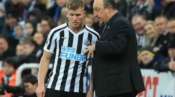 CANAI STRATEGI: Benitez (kanan) memberikan arahan kepada pemainnya ketika perlawanan liga di antara Newcastle dan Wolverhampton di St James' Park, Newcastle Ahad lepas. — Gambar AFP