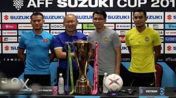 BERTEMBUNG LAGI: Jurulatih Malaysia, Tan Cheng Ho (dua kanan) bersama jurulatih Vietnam Park Hang Seo (dua kiri) serta Kapten Malaysia, Mohamad Zaquan (kanan) dan Kapten Vietnam, Nguyen Prong Hoang (kiri) pada sidang media semalam. — Gambar Bernama