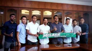 TONGGAK BAHARU: Dua bekas Kapten Kebangsaan Safiq Rahim (empat kiri) dan Shukor Adan (empat kanan) bersama enam lagi pemain menandatangani kontrak semusim bersama Melaka United semalam. — Gambar Bernama