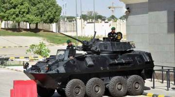 KAWALAN KETAT: Askar Arab Saudi dalam kenderaan perisai mengawal pintu masuk ke Istana Diriya di ibu negara Arab Saudi  sewaktu sidang kemuncak Majlis Kerjasama Teluk (GCC) kelmarin. Riyadh menganjurkan perhimpunan tahunan itu ketika krisis mula timbul berhubung pertikaian selama 18 bulan dengan Doha, peperangan di Yaman dan pembunuhan Khashoggi di dalam konsulat negara itu di Istanbul. — Gambar AFP