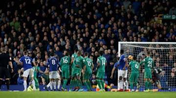 GOL PENYAMAAN: Digne (dua kiri) menjaringkan gol menerusi tendangan percuma pada minit akhir permainan pada perlawanan liga di antara Everton dan Watford di Goodison Park, Liverpool kelmarin. — Gambar AFP