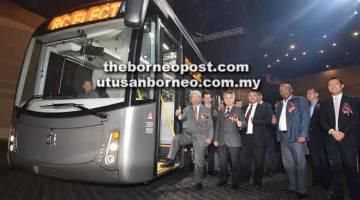 MANAH: Masing (kiba) disempulang (dua kiba) Menteri Muda Nembiak enggau Lumba enggau Main Datuk Snowdan Lawan sereta ke bukai ngayanka kelai jari manah lebuh bejadika produk 'CRRC Electric City Bus' keterubah Sarawak, kemari. — Gambar Tan Song Wei