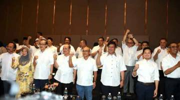 KELUAR UMNO: Hajiji (lima kanan) bersama anggota Dewan Undangan Negeri dan anggota Parlimen daripada UMNO mengumumkan keluar dari parti itu ketika sidang akhbar semalam. — Gambar Bernama