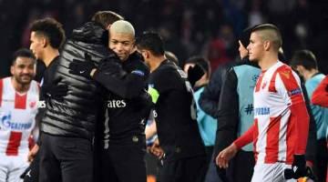 MELANGKAH BERGAYA: Mbappe (tengah) memeluk Tuchel (kiri) ketika meraikan kejayaan mereka melangkah ke pusingan kedua Liga Juara-Juara selepas menewaskan Red Star di Stadium Rajko-Mitic, Belgarde Selasa lepas. — Gambar AFP