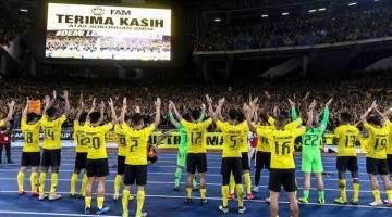 SATU HATI: Aksi 'Ultras Malaya' bersama pasukan kebangsaan selepas tamat perlawanan menentang pasukan Vietnam pada perlawanan akhir pertama Piala AFF Suzuki 2018 di Stadium Nasional Bukit Jalil, Kuala Lumpur malam kelmarin. — Gambar Bernama